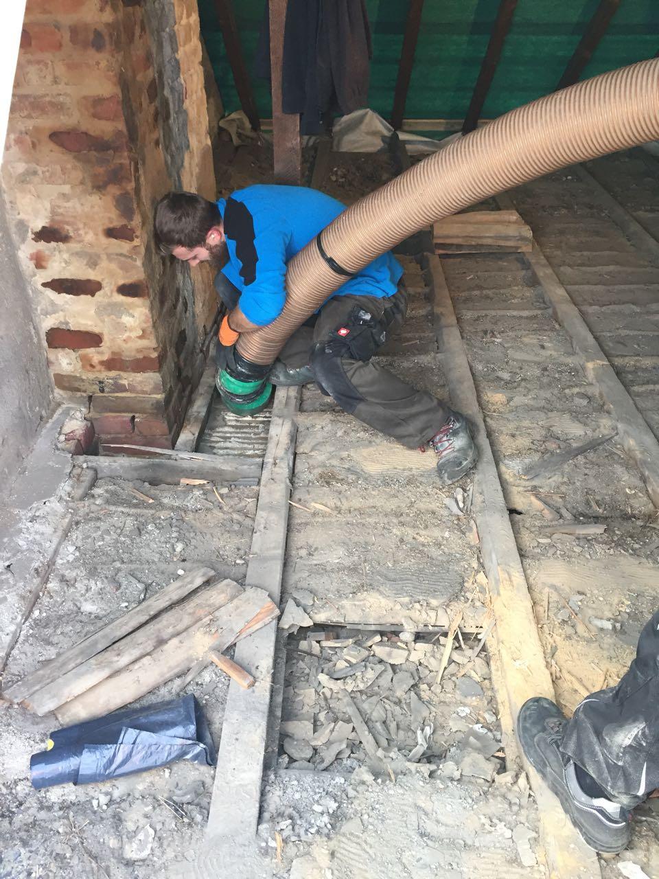 deckensch ttung im dachgeschoss abgesaugt saugbagger sauber sicher effizient. Black Bedroom Furniture Sets. Home Design Ideas